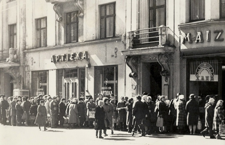Latvian-Bread-line